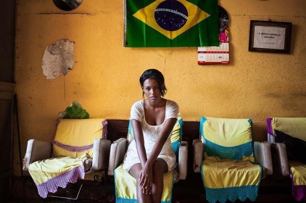 """Mihaela chia sẻ """"Tôi thích chụp những bức ảnh tự nhiên, mặt mộc để """"chộp"""" được khoảnh khắc chân thật  đặc trưng của người phụ nữ. Trong ảnh là một cô gái ngồi trong phòng khách nhà mình tại thành phố Rio de Janeiro, Brazil."""