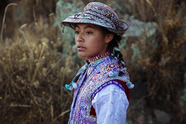 Mihaela cho rằng mỗi phụ nữ sẽ tự kiến tạo nên vẻ đẹp của bản thân mình, vì sao chép người khác sẽ không bao giờ thể hiện đúng bản chất của mình. Một cô gái tại thung lũng sông Colca, Peru tạo dáng trong bộ ảnh của Mihaela.