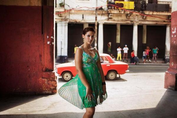 Nhiều khi Mihaela chỉ có 30 giây để chụp nhanh một người phụ nữ cá tính trên phố, ví dụ như trường hợp này là cô gái ở Havana, Cuba.