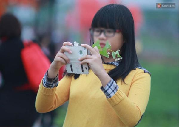 Trên tay nhiều bạn trẻ luôn là 1 nhành tam giác mạch để có thể tạo kiểu khi chụp ảnh