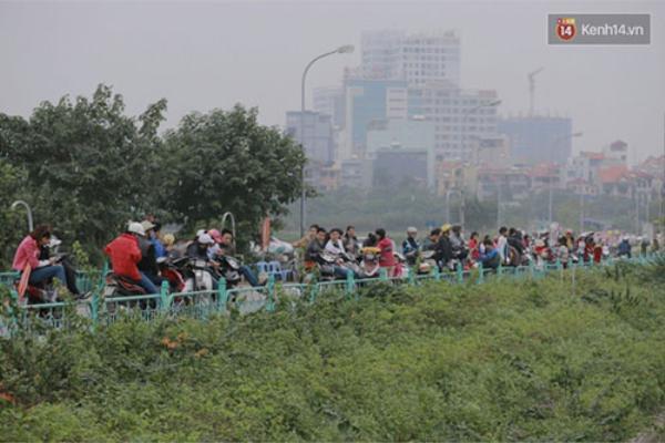 Ngay cả bãi gửi xe ngoài đường Nhật Chiêu cũng kín chỗ.