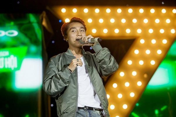 Sơn Tùng M-TP trên sân khấu Ngày hội xanh.