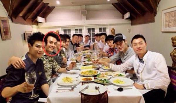 Ảnh Vương Khải bên 11 người đàn ông đồng tính ở Thái Lan.