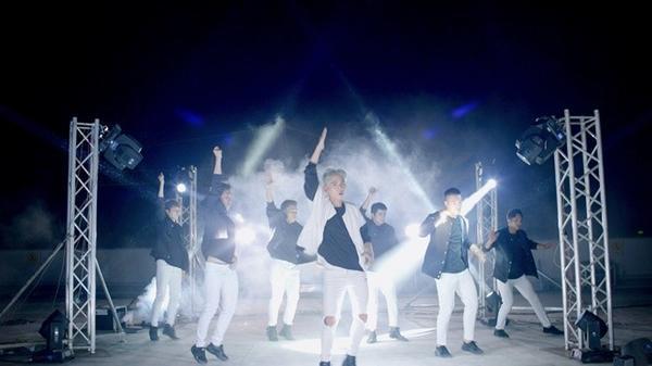 Tuy vũ đạo chẳng phải là sở trường nhưng nam ca sĩ không ngần ngại nhảy liên tục 15 giờ đồng hồ để ghi hình MV bởi anh muốn thử thách bản thân và mang đến cho khán giả những gì bất ngờ, mới mẻ nhất.