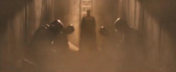 Khi Batman còn chưa hoàn hồn, Người đàn ông thép bất ngờ hạ xuống trước sự kính cẩn của những người lính gác.