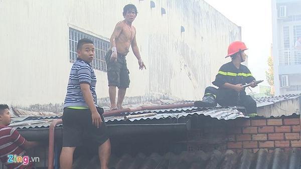 Người dân nhiệt tình giúp cảnh sát chữa cháy dập lửa. (Ảnh: Zing)