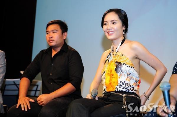 Ca sĩ Phương Linh giao lưu cùng đại diện các cơ quan truyền thông trong buổi họp báo.