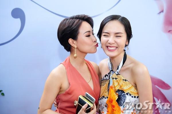 Phương Linh cười tít mắt khi được Uyên Linh hôn.