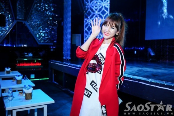 Chiều 2/11, tại TP HCM, Sơn Ngọc Minh có buổi họp báo giới thiệu album mang tên Only You. Trong số nghệ sĩ khách mời đến tham dự, Hari Won nhận được sự quan tâm đặc biệt từ cánh truyền thông.