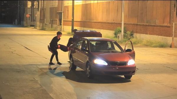 Sam Pepper và Colby cùng khiêng Sam lên cốp sau của xe.