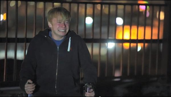 """Sam khóc lóc kinh hãi tột độ khi chứng kiến """"xác"""" bạn mình nằm dưới nền nhà."""
