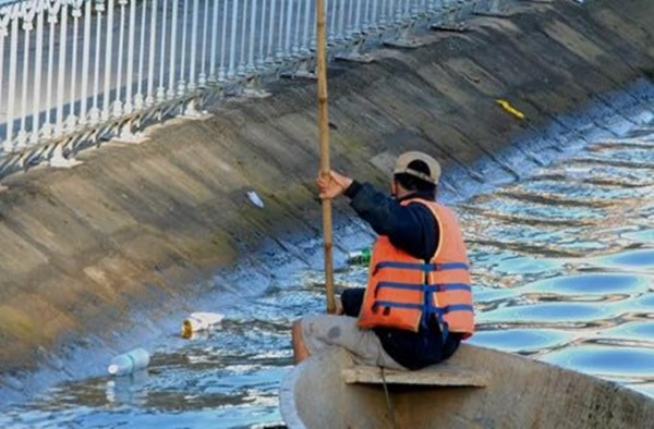Thậm chí công nhân vệ sinh còn phải bơi thuyền nhặt rác bị du khách xả xuống hồ. Ảnh: Thông Tin Đà Lạt