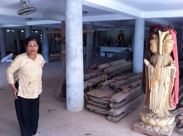 Bà cụ nấu cơm cho sư này, đã tiết lộ với chúng tôi nhiều thông tin sửng sốt, bên cạnh là bức tượng Phật được phủ vải cũ trông vô cùng nhếch nhác.