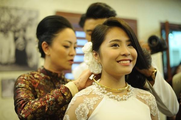bà Văn Thùy Dương - mẹ của Văn Quỳnh - trao quà cưới cho con dâu.
