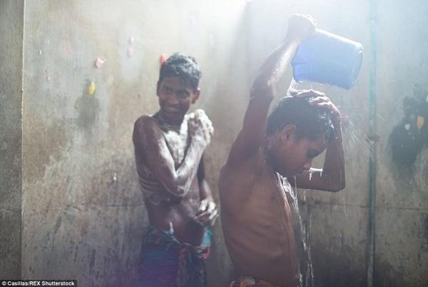 Theo tổ chức UNICEF, hàng triệu trẻ em trong độ tuổi 10-14 bị buộc phải lao động kiếm tiền trong những xưởng như thế này. Thử mở rộng độ tuổi ra xem, con số sẽ còn lớn đến nhường nào?