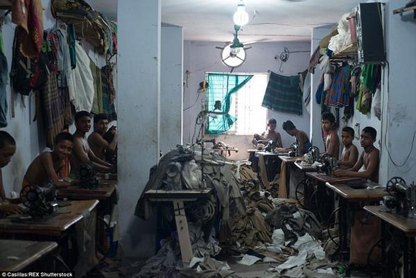 Các xưởng may trong khu vực Bangladesh thường là một căn phòng nhỏ với khoảng 15 máy may, không hề có lối thoát hiểm đề phòng trường hợp khẩn cấp. Thậm chí đến bình cứu hỏa cũng không hề được trang bị, mặc dù đồ đạc trong phòng đều rất dễ cháy.