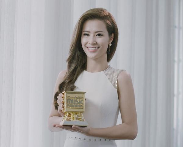 Ca sĩ Đông Nhi cùng chiếc cúp MAMA 2015.