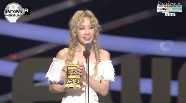 """Chăm chỉ """"cày cuốc"""", Taeyeon nhận về giải Nữ nghệ sĩ xuất sắc nhất."""