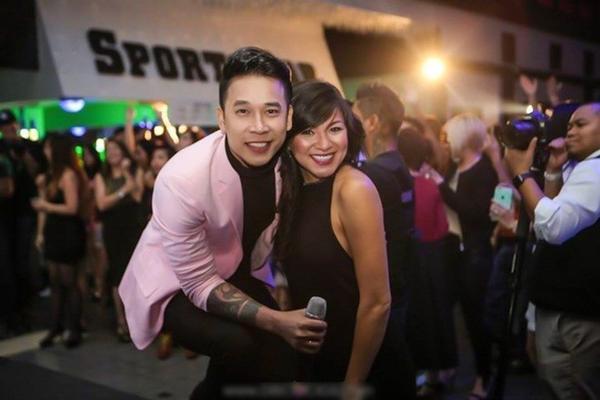 Thành viên Lê Hoàng vui vẻ chụp ảnh cùng người hâm mộ.