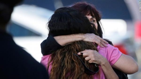 Một người phụ nữ đang được an ủi tại hiện trường _ Ảnh: CNN.