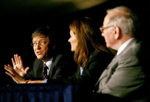 """Tỉ phú tài chính Warren Buffett,  nhà sáng lập Microsoft Bill Gates và vợ ông Melinda Gates cũng luôn khuyến khích bạn bè tỉ phú giàu có đóng góp ít nhất nửa giá trị trài sản vào chiến dịch """"Giving Pledge""""."""