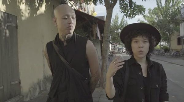 Tiên Tiên và bạn diễn trong MV.