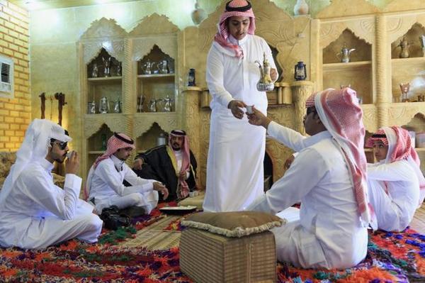 Mời trà là một phong tục quan trọng, thể hiện đẳng cấp của gia chủ và sự trân trọng đối với khách tại các nước Ả rập.