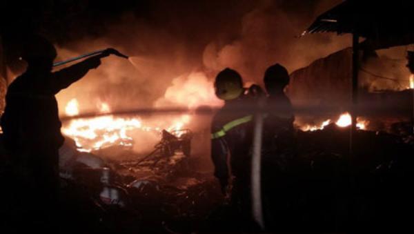 Các chiến sĩ PCCC tích cực dập lửa - (Ảnh: Shin Nguyễn).