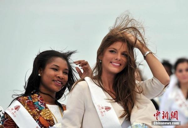 Các thí sinh trong sự kiện chiều 3/12 gặp khó vì gió lớn.