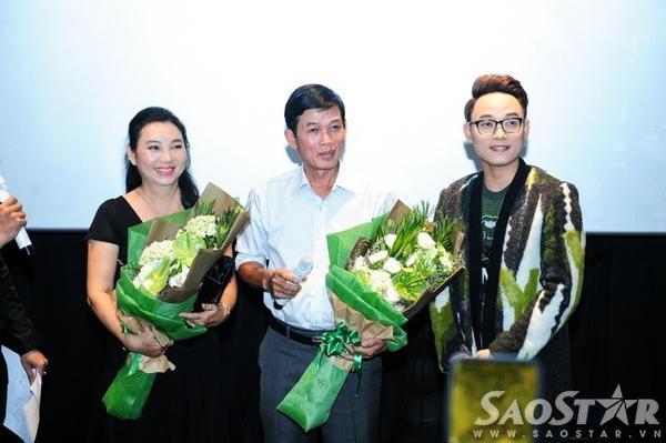 Trúc Nhân tặng hoa cho bố mẹ.