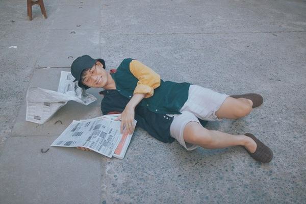 Chàng trai sinh năm 1991 không thể nhịn cười khi thực hiện phân cảnh té ngã do bị một cọc tiền cho nhân vật đa cấp ném trúng mặt.