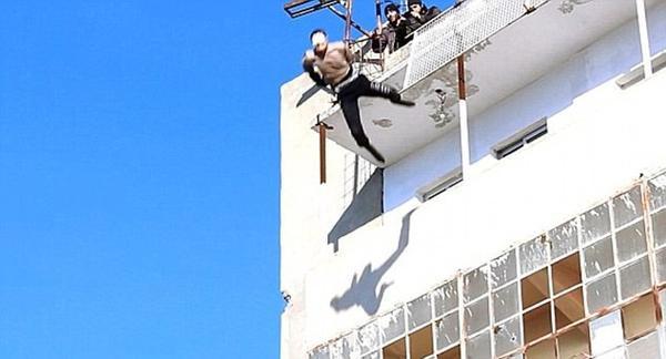IS giết người rồi quăng xác từ trên nóc nhà xuống đường phố, cũng là một trong những nguyên nhân khiến dịch bệnh lan mạnh.