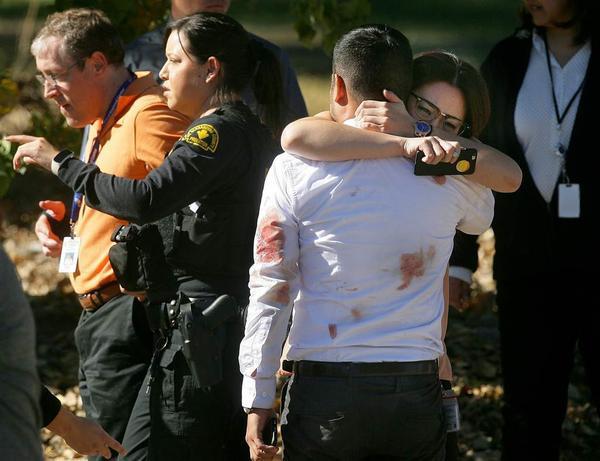 Những người may mắn sống sót sau vụ xả súng tại San Bernardino, California, Mỹ, hôm 2/12. Ít nhất 14 người thiệt mạng, và 2 nghi phạm đều đã chết.