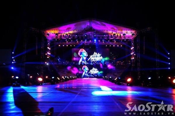 Sân khấu với âm thanh, ánh sáng hoành tráng trước giờ diễn.