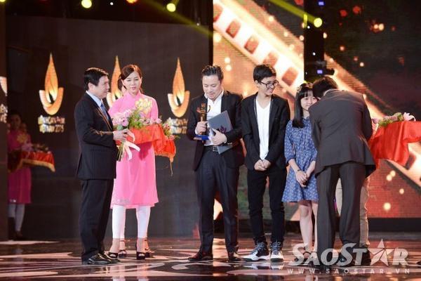 Victor Vũ cùng các diễn viên nhí đóng vai Thiều và Mận lên nhận giải chung của hạng mục phim truyện điện ảnh.