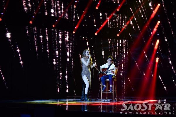 Bất ngờ đầu tiên là nữ ca sĩ Hồ Ngọc Hà song ca cùng Phương Uyên trong một bản nhạc dance sôi động.