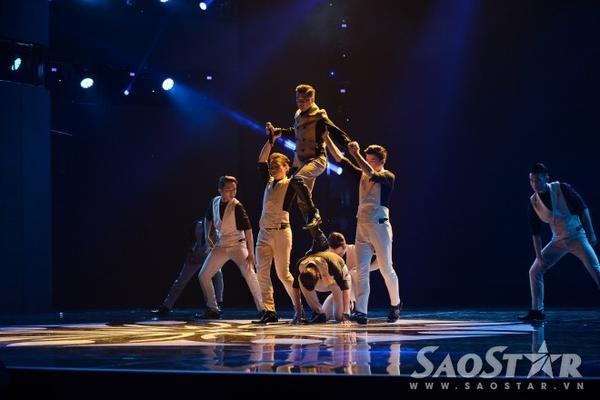 """Mr. Đàm cùng các vũ công """"đốt cháy"""" sân khấu với màn biểu diễn sôi động """"Ngược chiều yêu""""."""