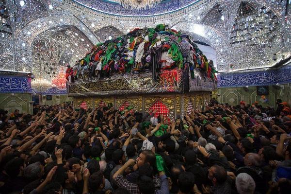 Những người Hồi giáo Shia tụ tập tại đền  Imam Hussein trong ngày lễ đánh dấu Arbain tại thánh địa Karbala, nam Iraq.
