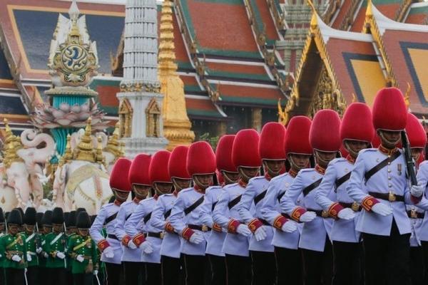 Quân đội Hoàng gia diễu binh trong buổi lễ kỷ niệm ngày sinh nhật  lần thứ 88 của Quốc vương Thái Lan (5/12). Ngài là người giữ vương vị lâu nhất lịch sử các hoàng gia trên thế giới.