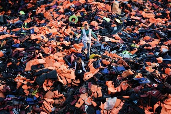 Cả trăm ngàn chiếc áo phao cứu sinh chất đống cả một ngọn núi tại đảo Lesbos, Hy Lạp do những người nhập cư từ Syria bỏ lại khi trôi dạt đến đây để xin tị nạn ở Châu Âu.