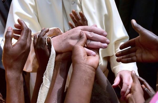 Các con chiên tại Cộng hòa Trung Phi nắm tay Giáo hoàng Francis trong chuyến thăm các nước khu vực Châu Phi của ngài tuần qua.
