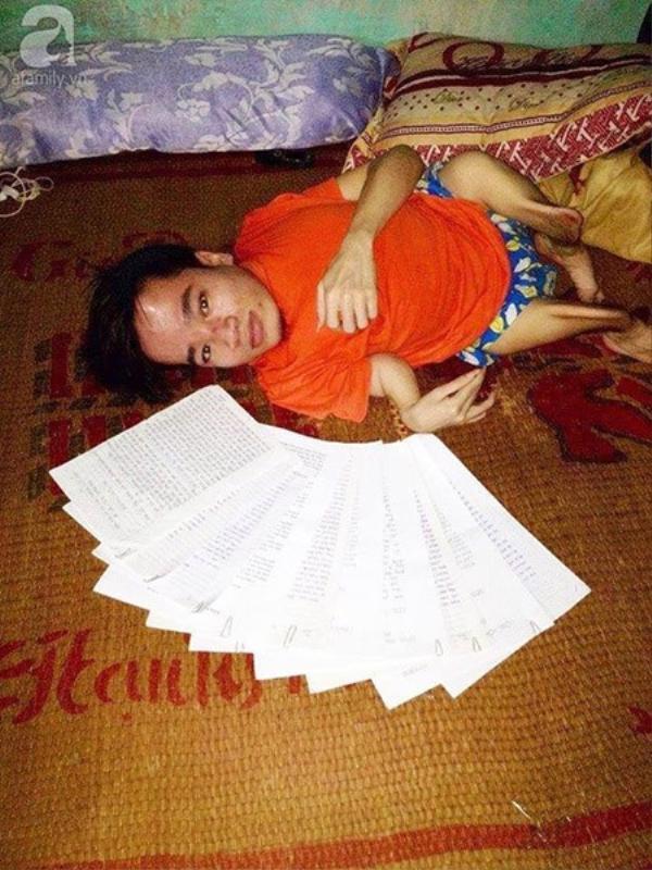 Chàng trai khuyết tật Trần Văn Hà cầu cứu sự giúp đỡ của mọi người bằng 10 lá đơn thư.