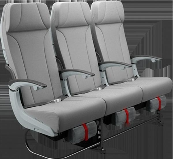 """Còn đây là dãy ghế ngồi trong khu vực hạng Tiết kiệm, với khoảng cách giữa hai hàng ghế rất rộng mà bạn không còn phải """"trèo qua"""" người kế bên để vào vị trí của mình."""