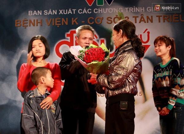 Bó hoa hồng đỏ thắm mà người chồng thân yêu dành tặng cho bà Hoa nhân ngày đoàn tụ nhờ chương trình Điều ước thứ 7.