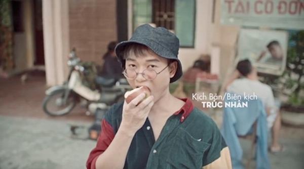 Trúc Nhân và quả táo cắn dở trong MV.