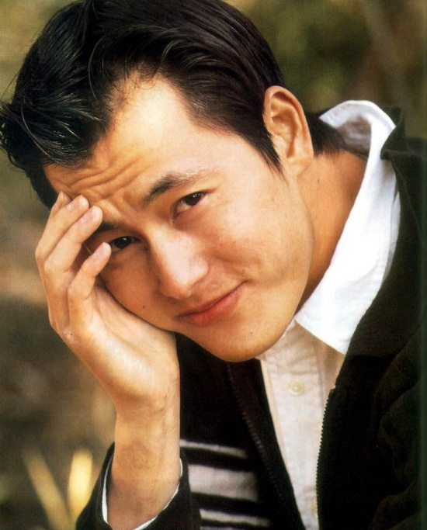 Đẹp trai như Jung Woo Sung cũng khó thoát khỏi cảnh tóc ngày càng ít theo thời gian.