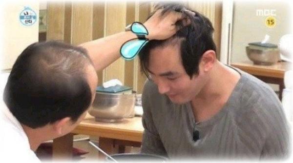 Thần tượng một thời của H.O.T - Kang Ta lộ mảng da đầu khá rõ. Koreaboo cho rằng, nam ca sĩ điển trai nên quan ngại về khả năng có thể bị hói đầu trong tương lai.