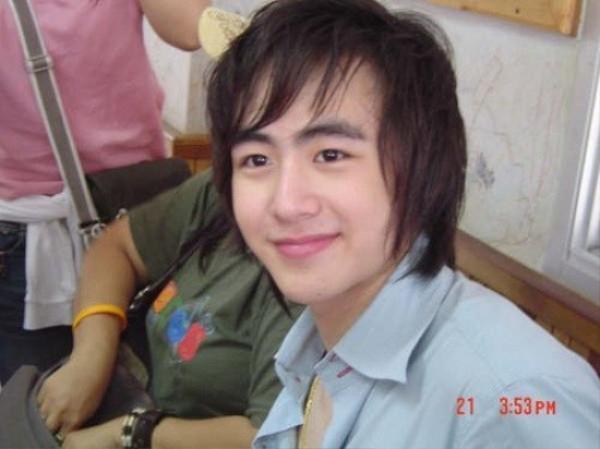 Nichkhun (2PM) được đánh giá ngoại hình ưu tú, gương mặt như hoàng tử bạch mã. Nhưng rõ ràng, tóc của anh khá lưa thưa.