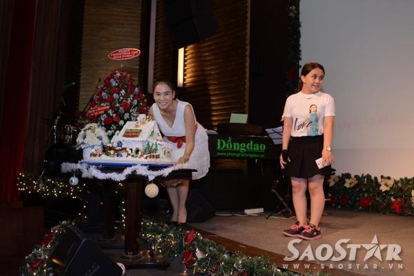 Thu Minh chụp ảnh cùng chiếc bánh kem được fan club kỳ công chuẩn bị.