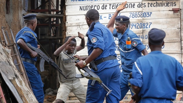 Một cậu bé cố gắng chống cự cảnh sát trong buổi diễu hành chống chính phủ tại Bujumbura, Burundi, ngày 26/5.